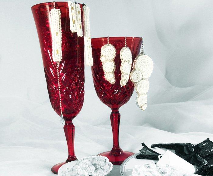 Coupes de champagne et bijoux en perles brodés